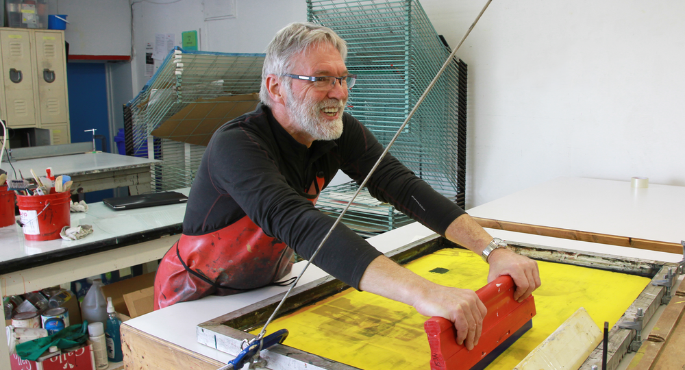 François Guay au travail. Technique d'estampe : sérigraphie. Qu'est-ce que c'est?Crédit photo : Catherine Leblond.
