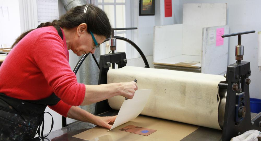 Frédérique Guichard au travail. Technique d'estampe : eau-forte. Qu'est-ce que c'est?Crédit photo : Catherine Leblond.