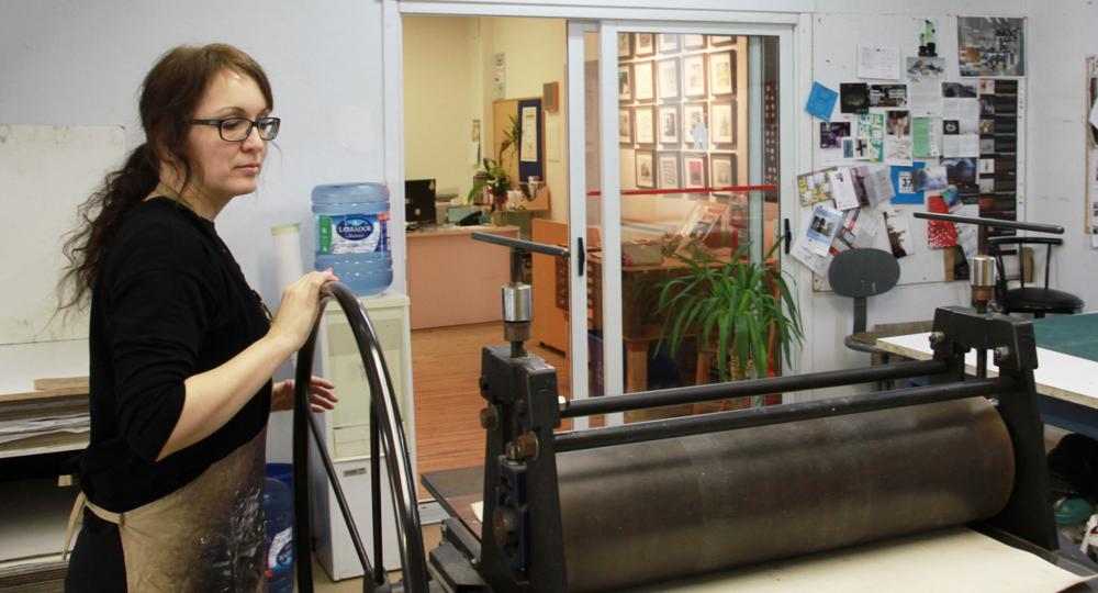 Isabelle Dumais au travail. Technique d'estampe : eau-forte.  Qu'est-ce que c'est? Crédit photo : Catherine Leblond.