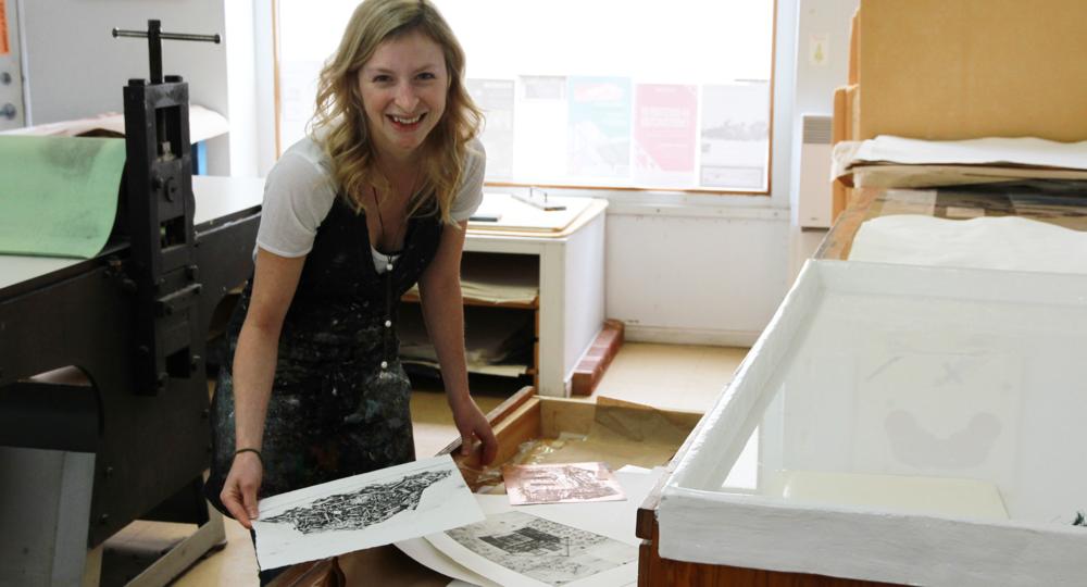 Karine Beaulieu et son travail. Technique : eau-forte. Qu'est-ce que c'est? Crédit photo : Catherine Leblond.