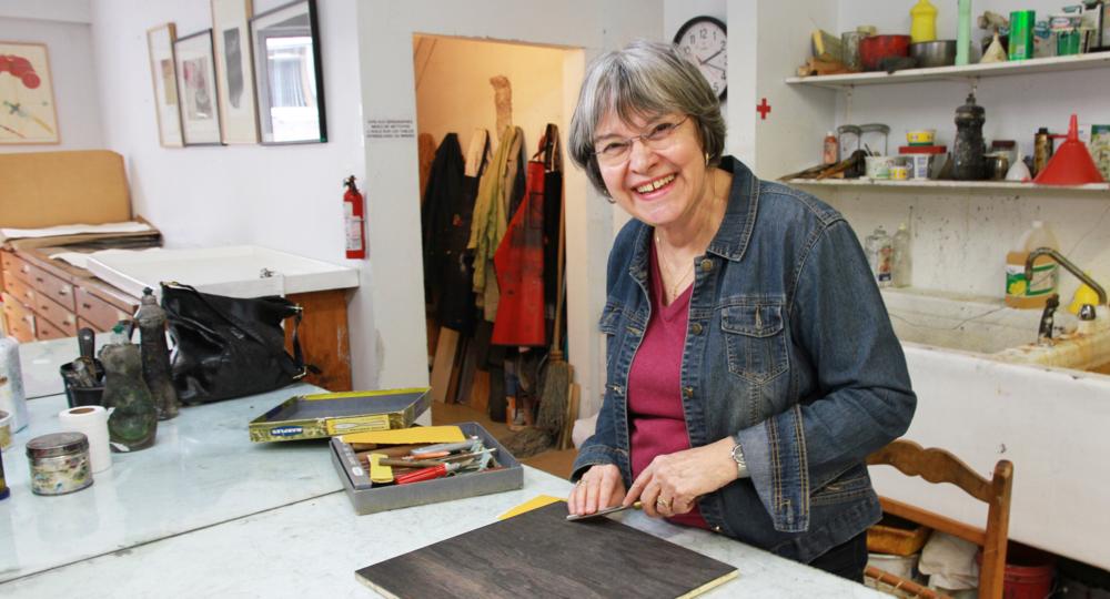 Louise Hallé au travail. Technique d'estampe : gravure sur bois.  Qu'est-ce que c'est? Crédit photo : Catherine Leblond.