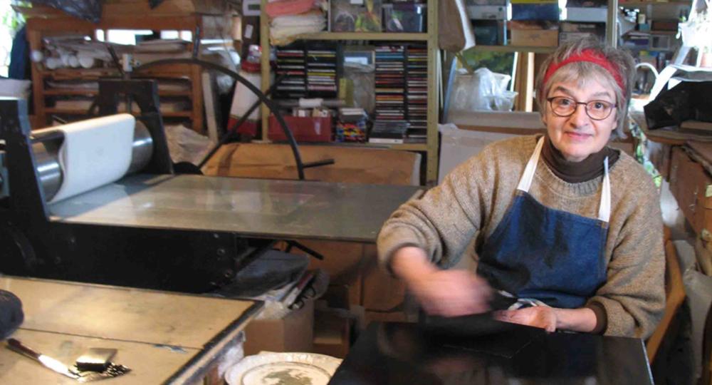 Suzie Allen au travail. Technique d'estampe : eau-forte.  Qu'est-ce que c'est? Crédit photo : Sean Rudman.