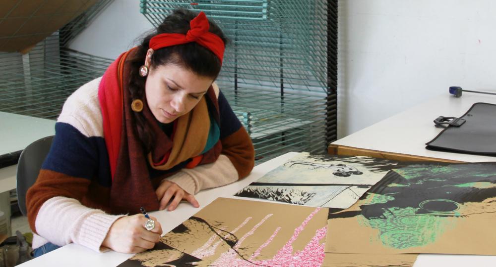L'artiste Valérie Guimond au travail. Technique d'estampe : sérigraphie.  Qu'est-ce que c'est? Crédit photo : Catherine Leblond.