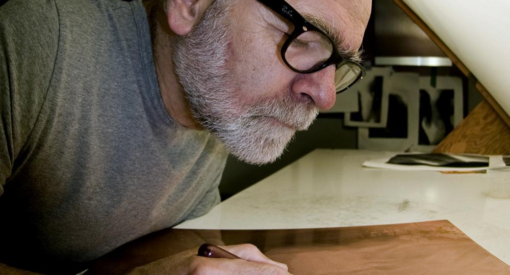 Guy Langevin au travail. Technique d'estampe : mezzotinte.  Qu'est-ce que c'est? Crédit photo : Guy Langevin.