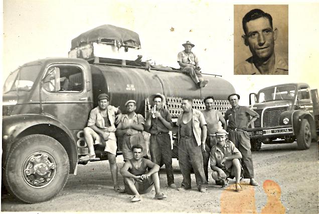 Mon grand-père, au centre (et en vignette), faisant le pitre avec un calumet, lors de ses traversées du Sahara en camion