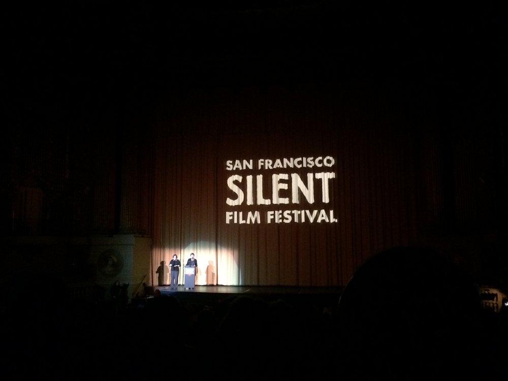 Présentation du film  Crépuscule de gloire,  avec traduction en langue des signes.
