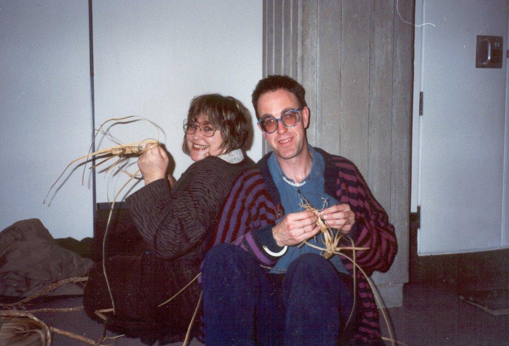 Jonathan Dennis et son amie Sharon Dell en plein exercice de tressage traditionnel maori (reproduit avec l'aimable autorisation de la famille de Jonathan)