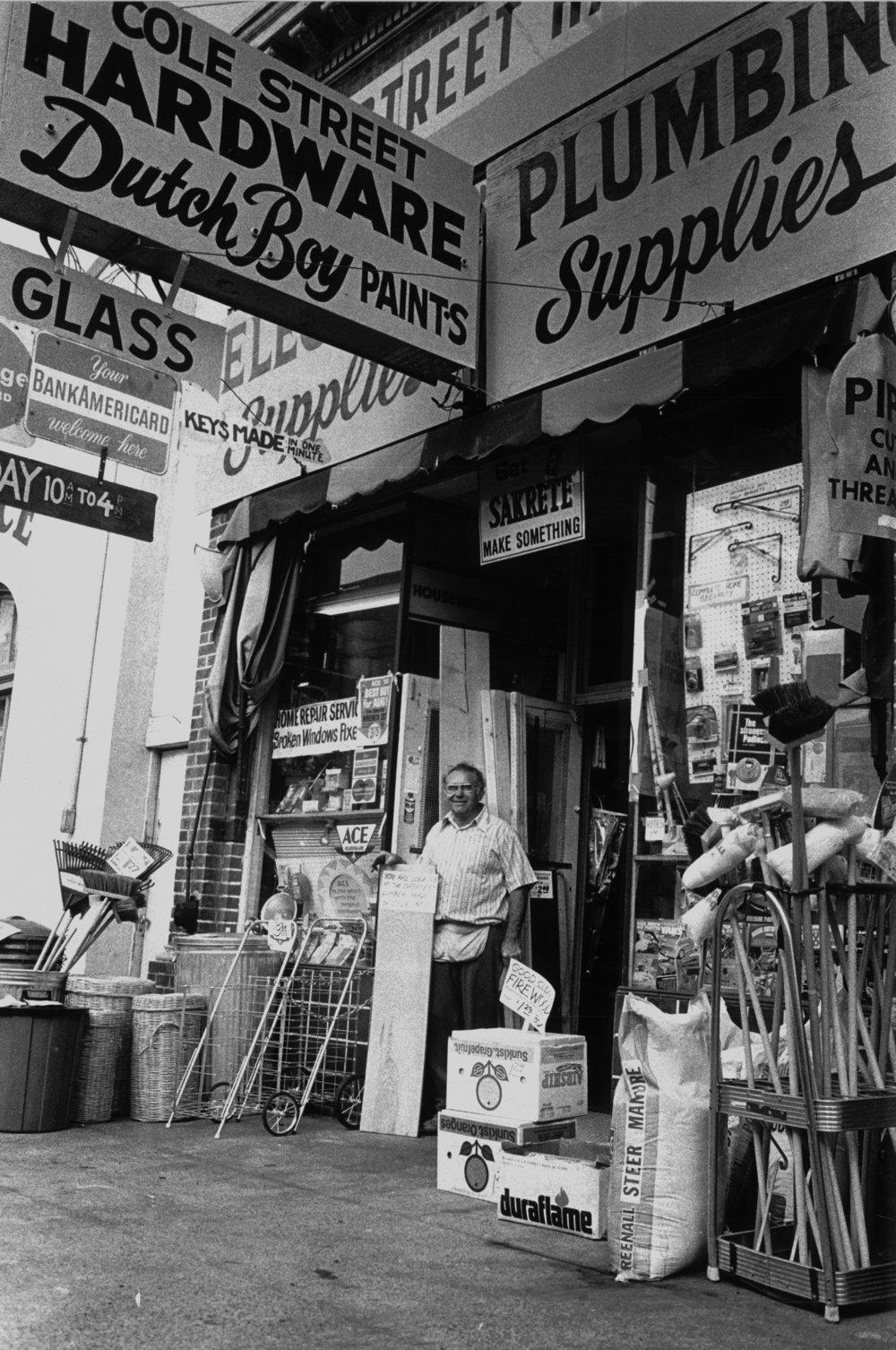 Dave Karp, en 1973, devant sa quincaillerie de la rue Cole (reproduit avec l'aimable autorisation de la famille Karp)