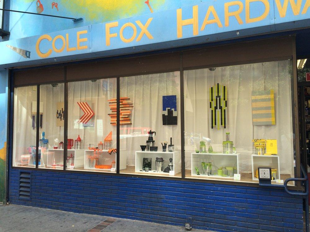 Clin d'oeil colorimétrique à Paul Auster et à Sophie Calle? une composition de Noelle Nicks dans la vitrine de Cole Fox Hardware