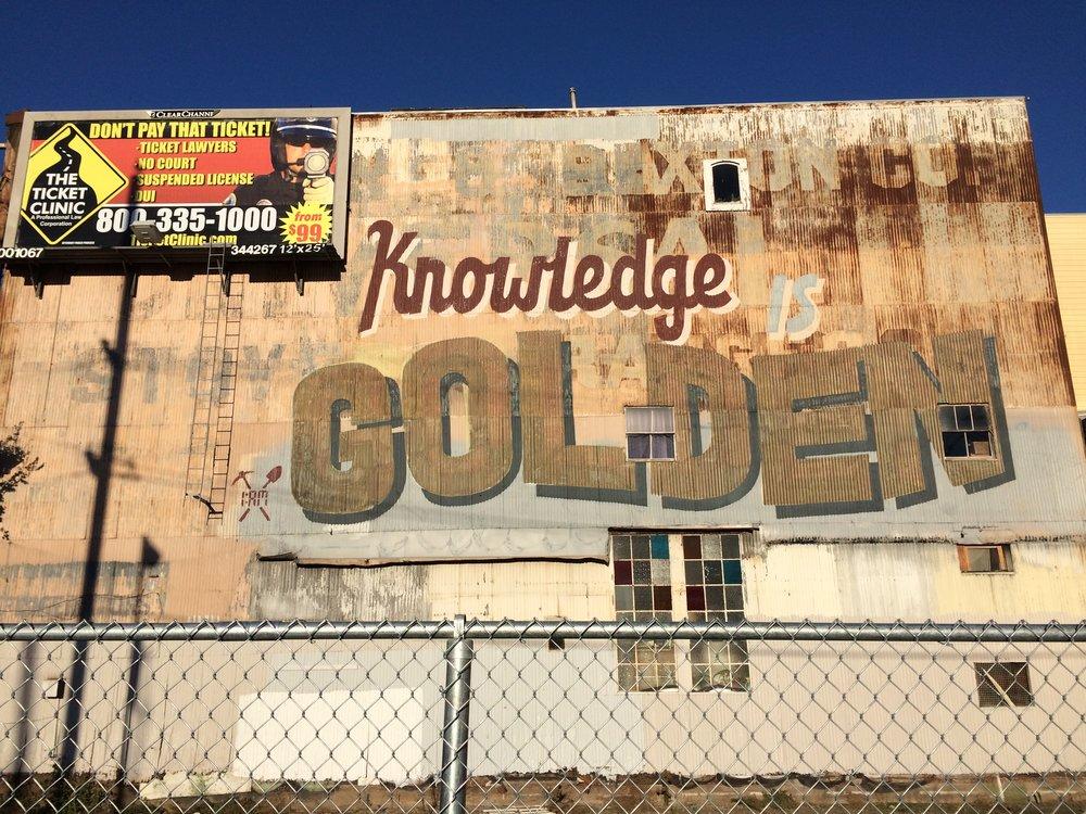 """Le savoir est d'or  , rappelle ce graffiti géant du collectif 1AM (défiguré par une publicité pour la """"Clinique de la contravention"""")"""