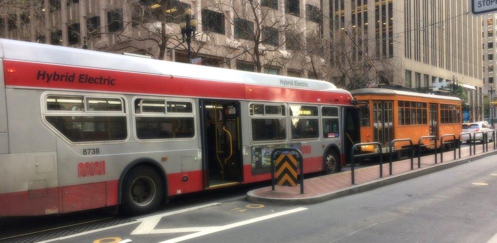 Derrière le tram à l'ancienne arrive le nouveau bus hybride