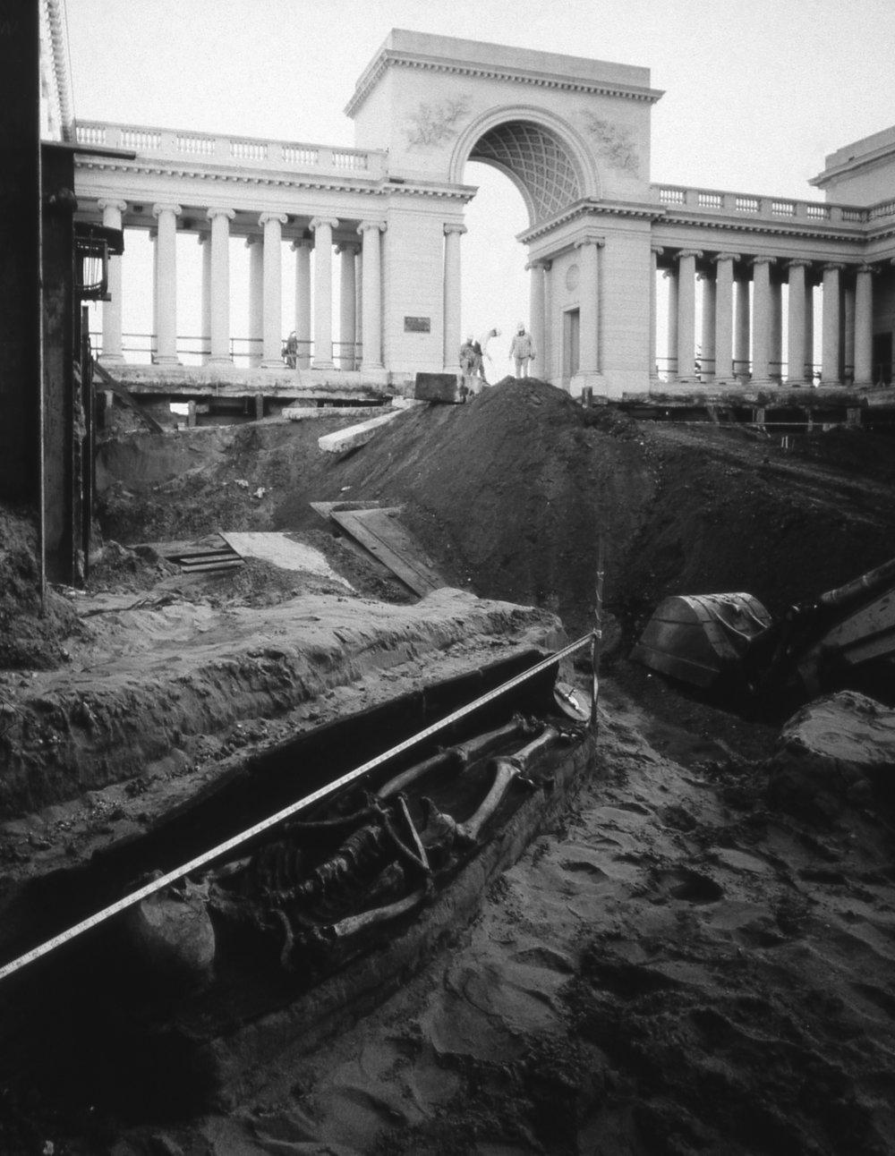 Sous la cour du Musée de la Légion d'Honneur reposaient des centaines de sépultures de l'ancien cimetière du Golden Gate. Photographie issue de la série  Still Rooms and Excavations , de  Richard Barnes (reproduite ici avec l'aimable autorisation de l'artiste).