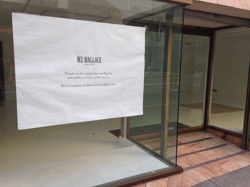Une fois la vente  pop-up  finie, au bout de quelques jours, une vitrine creuse de plus, comme une dent manquante dans la bouche urbaine