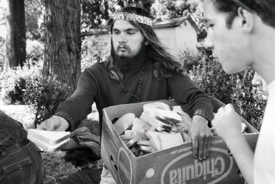 Distribution gratuite de nourriture dans le  Panhandle  en 1967, photographie de Gene Anthony, publiée avec l'aimable autorisation des Diggers Archives,  www.diggers.org , CC BY-NC-SA 4.0