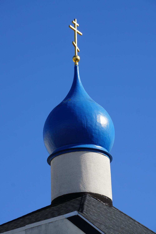 Bleu du bulbe sur bleu du ciel, croix tri-barrée de la foi russe orthodoxe