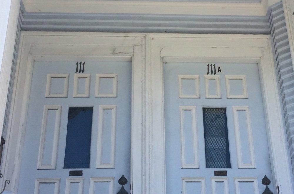 Pénurie de numéros dans le bas de la douzième : les portes jumelles se partagent le 111, faisant appel à la lettre pour les différencier