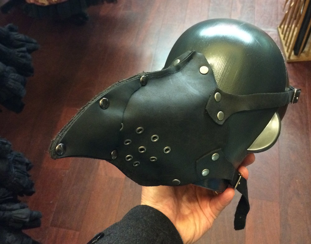 Version cuir et rivets du masque (vendue dans l'incroyable magasin de Jim Siegel,  Distractions , au 1552 Haight Street)