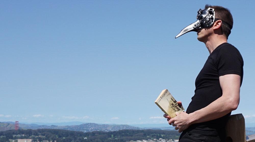 Je relis  La Peste  de Camus, face au Pacifique, bien protégé derrière mon masque steampunk