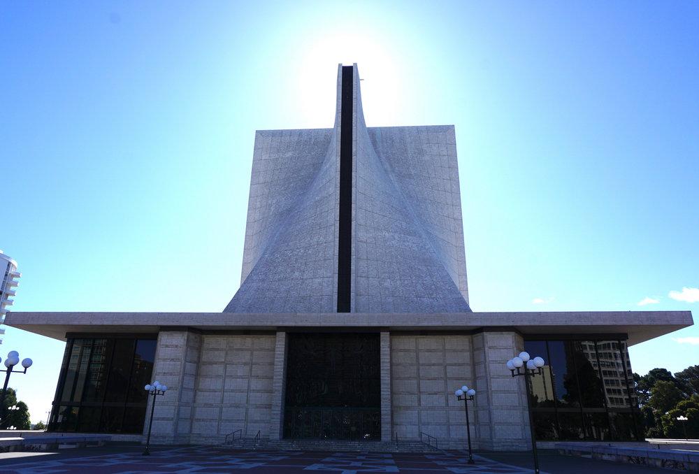 La cathédrale catholique de San Francisco, tournevis cruciforme tourné vers le soleil.