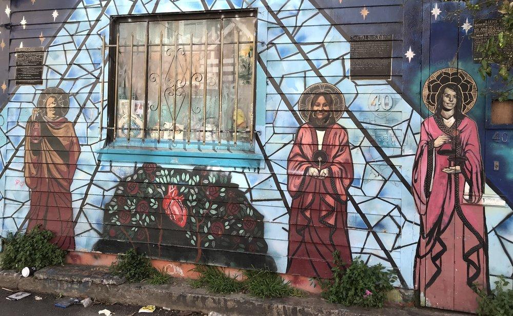 Fresque murale à Mission dédiée aux défenseurs de la cause transgenre.