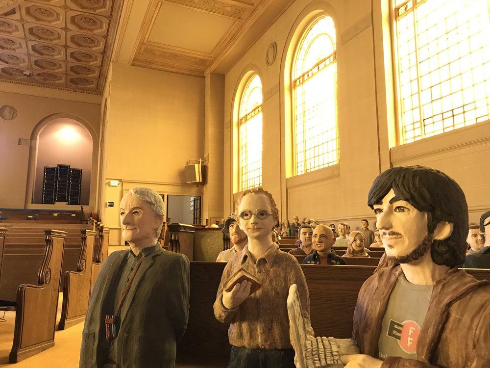 L' Internet Archive  ce sont avant tout des humains passionnés de conservation du savoir (au premier plan à droite, Aaron Swartz, le regretté militant d'un internet libre) et des moyens informatiques ultra-puissants (au fond dans l'alcôve).
