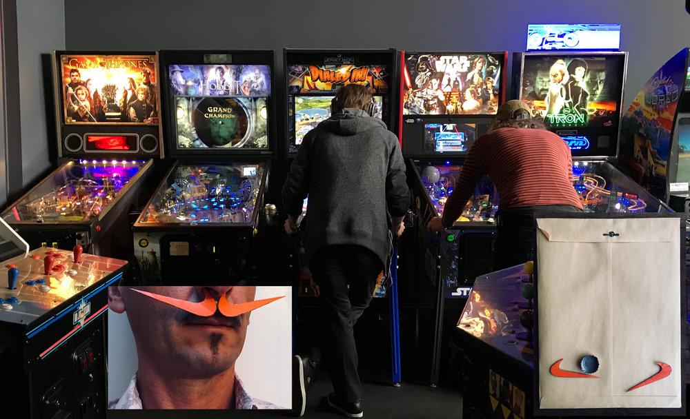 Une sur-moustache à la Dali par-dessus ma moustache Tesla / Des étudiants de Portland au cul des  pinball machines  dans une salle d'arcade / Jouer au flipper avec une capsule de bière.