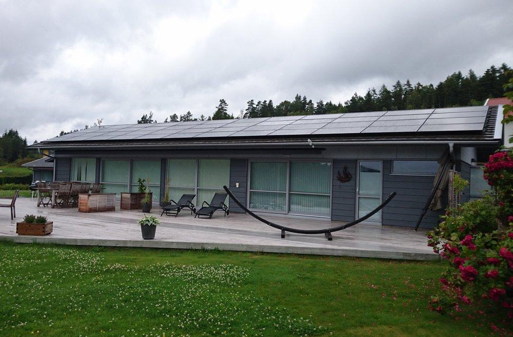 48 st 260W Hareon Solar svarta  Investering 193 000 kr, återbetalningstid 9 år  Energiproduktion 13 900 kWh/år