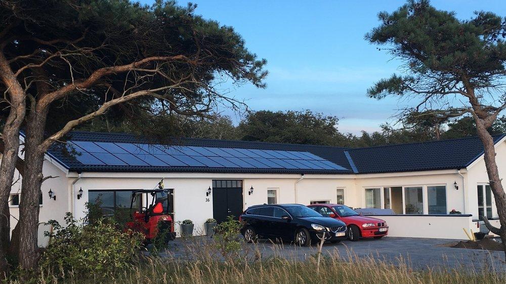 32 st 265W Hareon Solar svarta  Investering 139 000 kr, återbetalningstid 9 år  Energiproduktion 9 400 kWh/år