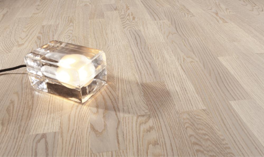 <b>Eik Natur Vanilla Matt 3-stav 138 mm</b><br>har en hvitlakkert overflate som forsterker gulvets naturlige skjønnhet og bidrar med naturlig lys i interiøret.