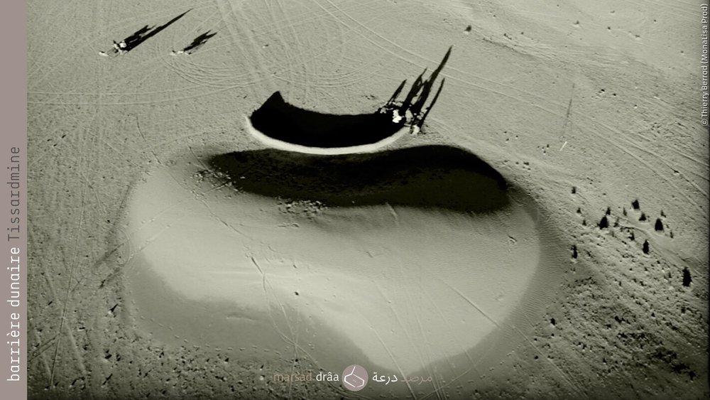 10. Un mur en terre, mais courbé. On a construit un pour tester le comportement des petites dunes qui s'approchent au village, avec une forme qui s'adapte à la dune du type barkhane.