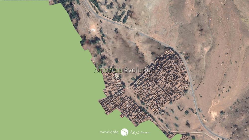Pendant les années cinquante et soixante, les terrains utilisés pour les familles nomades au bord de la palmeraie, ont commencé à être construits, au même temps que d'autres maisons étaient collées au ksar. Il est curieux de voir comment au four et à mesure que les extensions se succédaient l'espace publique gagnait de l'amplitude tout en gardent la structure de l'espace urbain, c'est à dire, une ruelle et des impasses perpendiculaires, de telle manière que l'échelle de la trame était plus proche de celle des médinas et non pas des ksour.