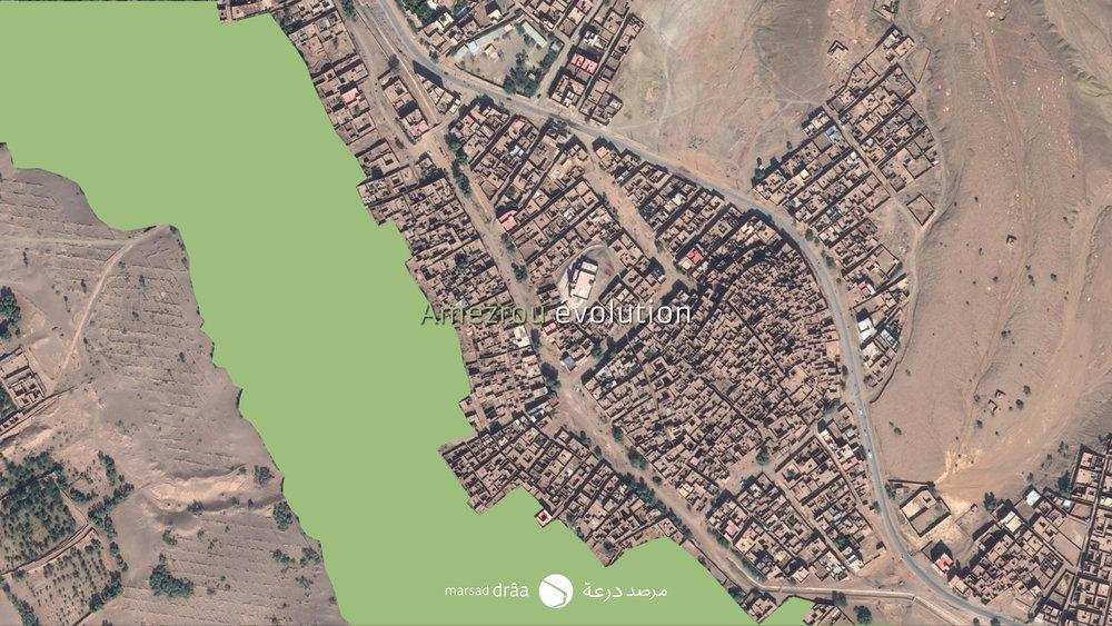 Des nouvelles maisons ont été construites de l'autre côté de la rue et en remplissant l'espace entre la route et la palmeraie, avec une trame plus impersonnelle, qui ressemble plutôt n'importe quelle ville. Actuellement ont trouve une palmeraie qui est sur le point d'être coupée, à cause de l'expansion urbanistique et de l'avancement des dunes.