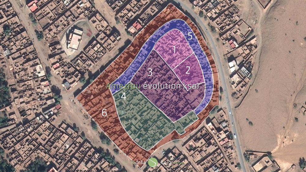 """En tout cas, dans la vallée du Drâa, les tribus habitaient, normalement, dans les ksour qui se trouvaient, dans la plus part, à l'intérieur de la palmeraie. Réfléchir comment construire des logements collectifs dans les oasis, nous oblige à étudier les ksour et en particulière celui d'Amezrou. En 2013 Ahmed Chahid a proposé aux étudiants de l'ENA Tétouan de travailler sur ce ksar, puisqu'il est toujours habité et aussi parce qu'il a eu des extensions qui pouvaient nous aider à proposer des nouveaux quartiers et des nouveaux logements, basés sur les racines de la vallée du Drâa. Pendant une semaine on a essayé d'établir une chronologie des différentes étapes, mais sans l'intervention des archéologues, il est difficile de vérifier les hypothèses que nous avons établi. D'ailleurs, il sera une des priorités de la recherche du patrimoine en terre, développer une méthodologie de travail des archéologues, des historiens et des architectes, adaptée à la construction en terre. C'est aussi l'avis du directeur du CERKAS (qui s'occupe de la conservation et réhabilitation du patrimoine architectural des zones atlantiques et sub-atlantiques), Mohamed Boussalah. Ce que nous avons constaté est une évolution de l'espace publique du ksar vers une échelle plus proche de celles des médinas, avec des rues piétonnes, protégées du vent dominant et des maisons construites en terre, mais avec une autre distribution. Dès que les extensions ont """"dépassé"""" les dimensions du ksar, la trame urbaine est devenue une trame impersonnelle, comme celle de n'importe quelle ville."""