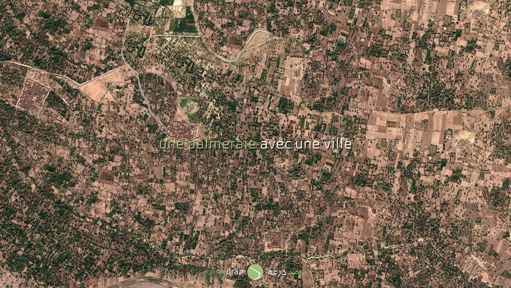 Une palmeraie avec une ville. Malgré la ressemblance des phrases, la différence est énorme et même s'il paraît une utopie, c'était le mode de vie de la vallée, et qui maintenant est en train de disparaître.