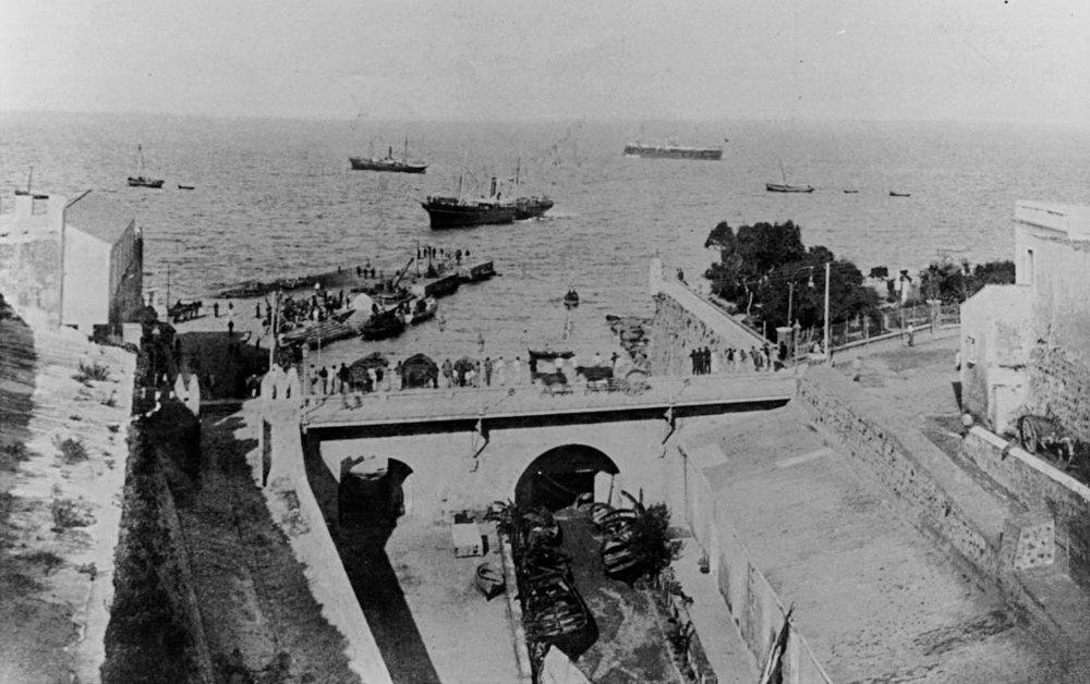 Perspectiva sobre el foso y puente de la Almina antes de la trasnsformación de los años 20.