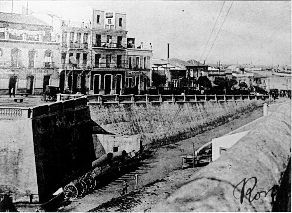 La entonces avenida Villanueva, con sus balaustradas, sobre la escarpa de la muralla del foso seco rebajada. En primer término el baluarte de la Pólvora. Foto Ros.