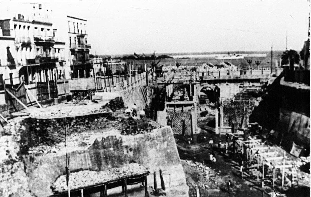 Imagen de las obras de construcción del Mercado Central de Abastos y demolición de la escarpa del foso seco. Foto Rubio.