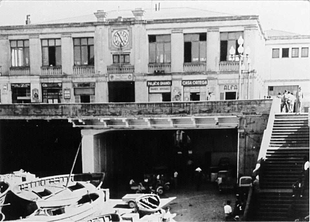 Mercado Central con su primitiva fachada y sus dos ojos adintelados, acceso directo a su nivel inferior.