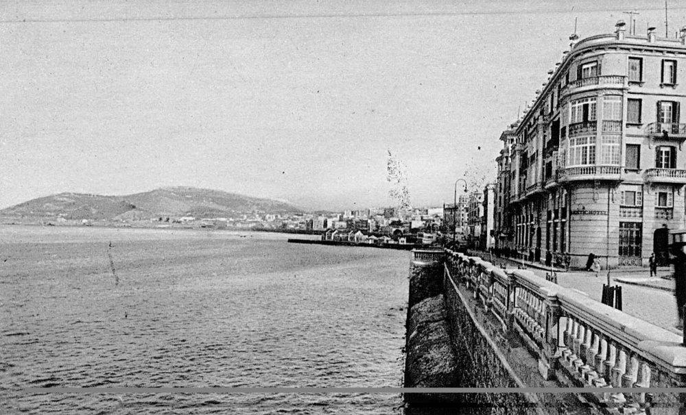 La calle de la Muralla, entonces Fermín Galán, con los recalzos del pie del muro visibles y bañados por el mar. Foto L. Roisin, aproximadamente de 1931.