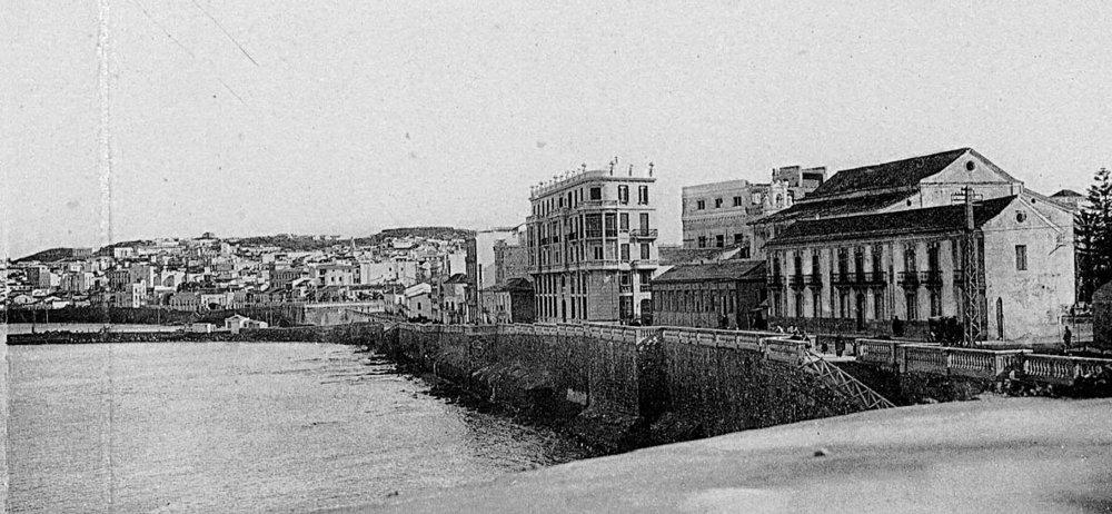 La calle de la Muralla con balaustradas desde el baluarte de los Mallorquines, con la bajada a la playa correspondiente a la antigua puerta de Santa María. Fototipia Castañeira y Alvarez.