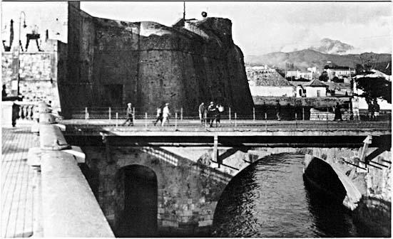Puente fijo, con el baluarte de los Mallorquines recortado, dejando verse la hornacina del Cristo en el paramento oeste del puente, como permanece hoy.