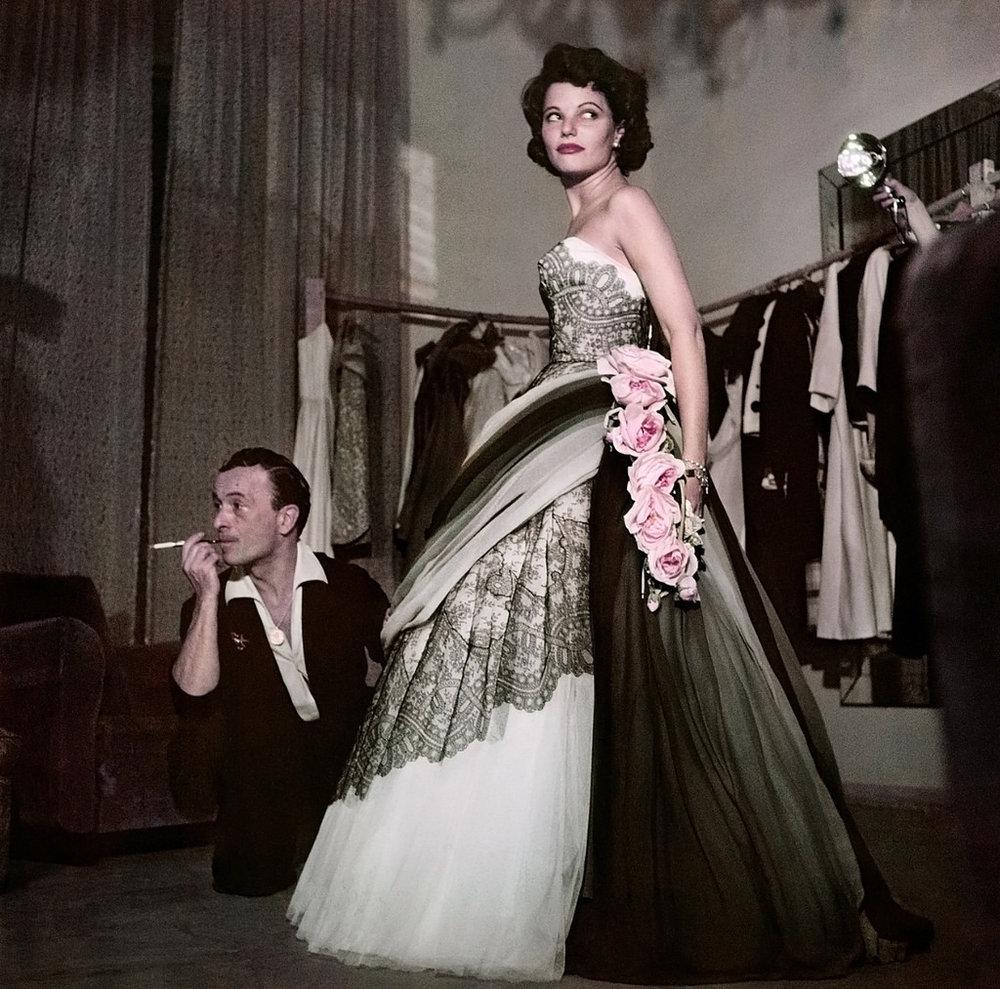 Capa, 1951, a atriz Geraldine Brooks experimenta vestido no ateliê de Emilio Schuberth, Roma