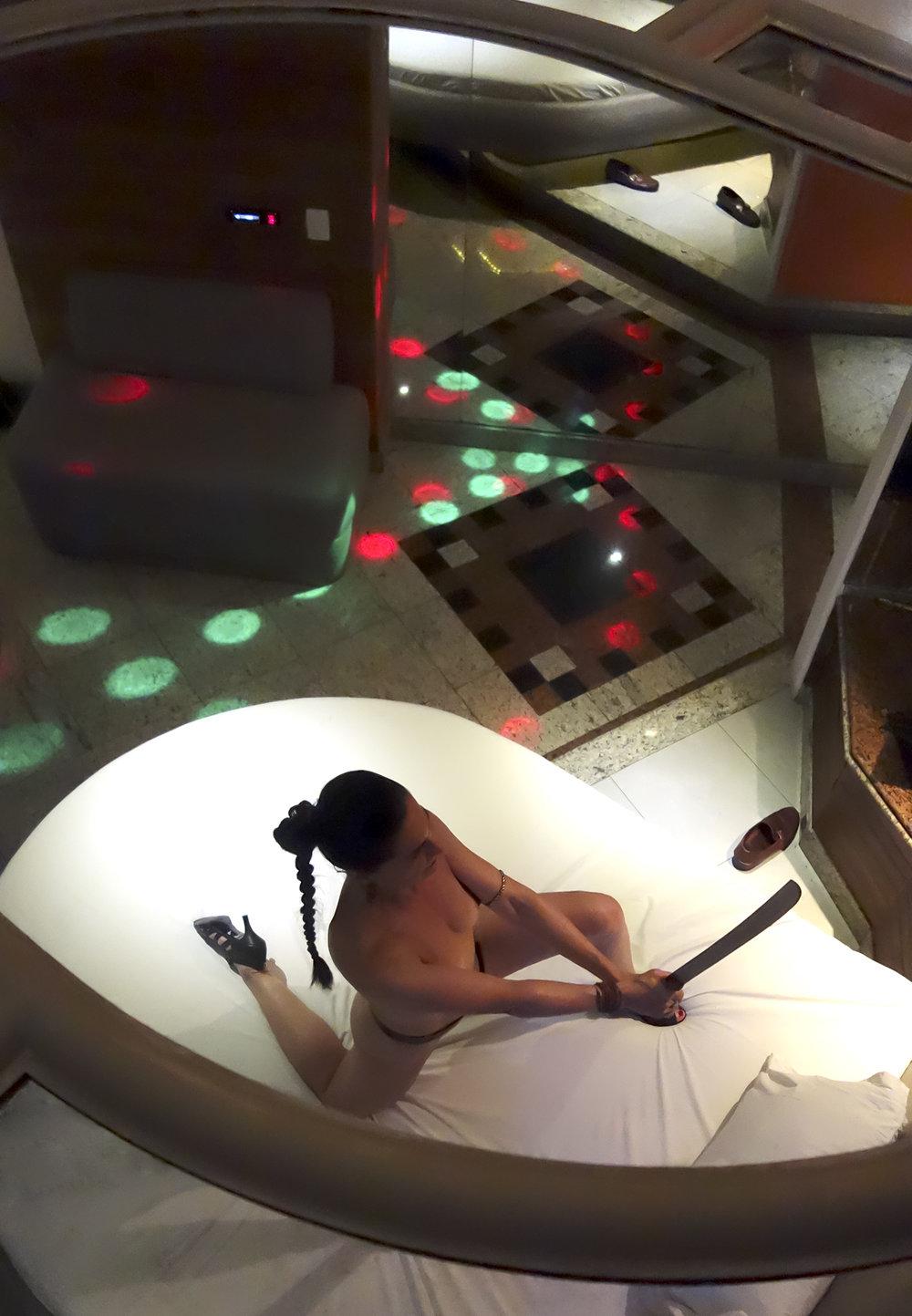 As fotografias registraram performances da artista em motéis sobre estereótipos do feminino