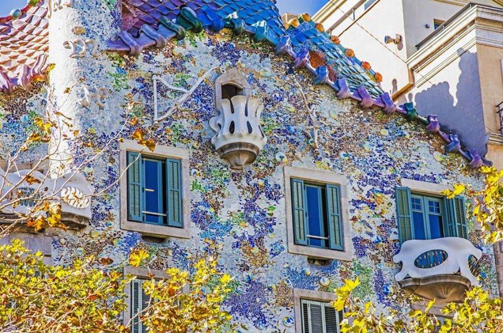 Gaudí usou cacos de restos de obras, consagrando essa técnica