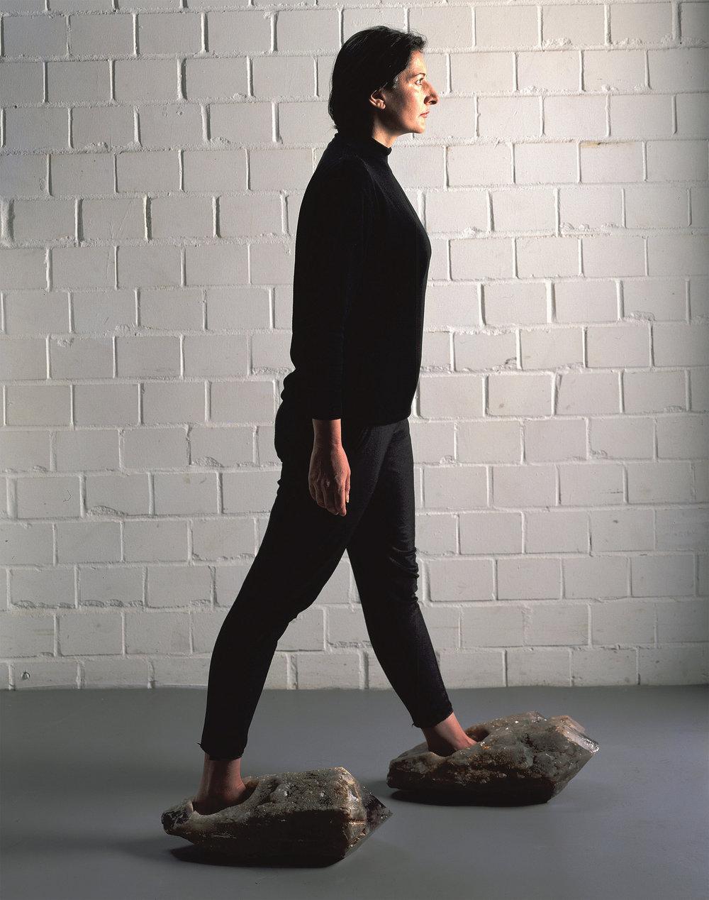 """Foto de Heini Schneebeli feita no estúdio da artista em Berlim com ela própria sendo modelo na obra """"Shoes for departure"""", 1991, ametista / Cortesia do acervo de Marina Abramovic"""