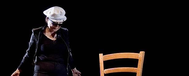 Performance de Yoko ao receber o Leão de Ouro na  Bienal de V eneza-Fazer Mundos, em 2009