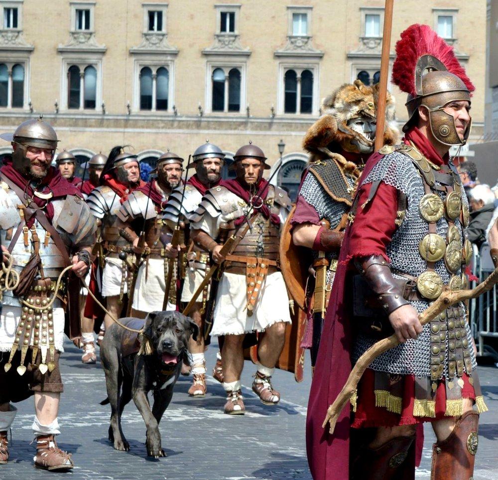 A capital da Itália festejou a fundação em 753 a.C. por Rômulo com desfiles pelas ruas