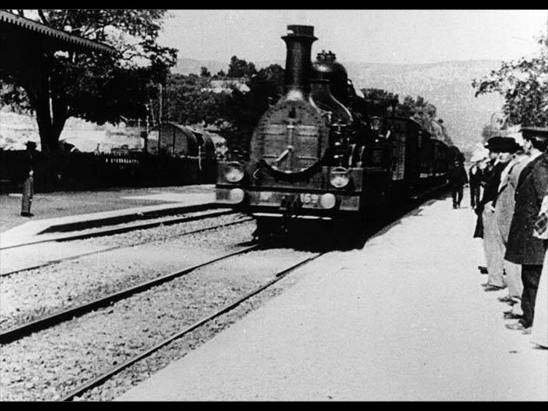 """Lumière, frame do filme """"Arrivée du train en gare de La Ciotat"""", 1895"""