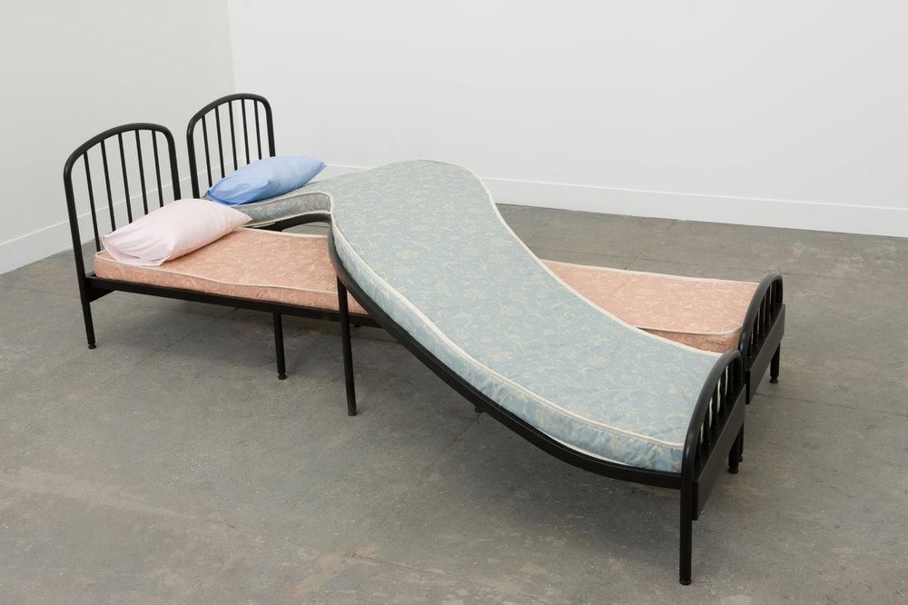 Los Carpinteros, Duas camas, 2008, colchões, travesseiros, fronhas e ferro, 90 x 240 x 280 cm