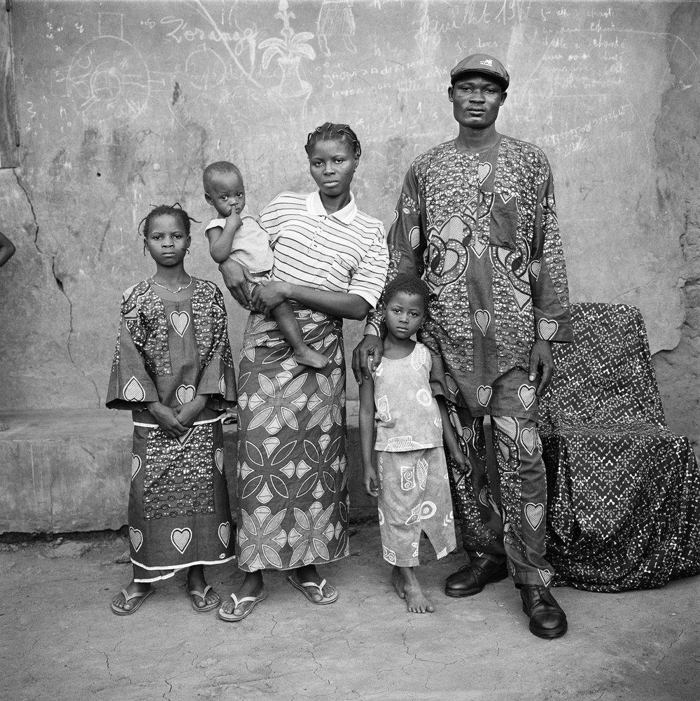 Jean-Jacques Moles, Camille, Cécilee e as crianças e Kotcho, em Adanhondjigon, Benim,2004